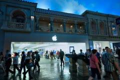 Είσοδος στη Apple Store στα καταστήματα φόρουμ unerground  Στοκ Εικόνα