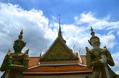 Είσοδος στον παλαιό ταϊλανδικό ναό Στοκ Εικόνες