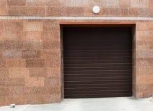Είσοδος στο γκαράζ, φραγμός, αποθήκευση, με τις συρόμενες πόρτες. Στοκ φωτογραφία με δικαίωμα ελεύθερης χρήσης