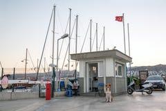 Είσοδος στο λιμενικό Αιγαίο πέλαγος Θάλαμος και σκυλί φρουράς Στοκ φωτογραφία με δικαίωμα ελεύθερης χρήσης
