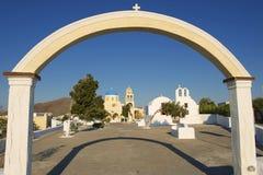 Είσοδος στο ναυπηγείο εκκλησιών, Oia, Santorini, Ελλάδα στοκ εικόνες με δικαίωμα ελεύθερης χρήσης