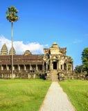 Είσοδος στο ναό Wat angkor με τους φοίνικες Στοκ Εικόνα
