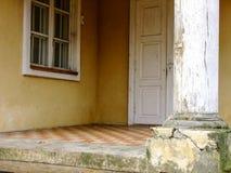 Είσοδος στο παλαιό μέγαρο στοκ εικόνα