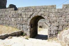 Είσοδος στο πρόχωμα του κάστρου σε Monsanto, Πορτογαλία στοκ φωτογραφίες με δικαίωμα ελεύθερης χρήσης