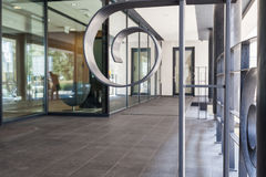 Είσοδος στο σύγχρονο κτήριο Στοκ εικόνα με δικαίωμα ελεύθερης χρήσης