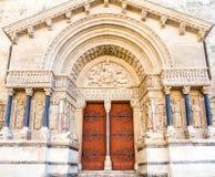 Είσοδος της εκκλησίας StTrophime σε Arles, Γαλλία Στοκ Φωτογραφία