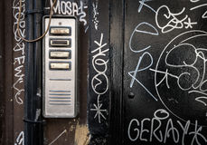 Είσοδος-τηλέφωνο πορτών με τα γκράφιτι Στοκ Φωτογραφίες