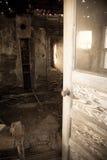 Είσοδος του εγκαταλειμμένου δωματίου στοκ φωτογραφία με δικαίωμα ελεύθερης χρήσης