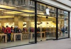 Είσοδος του καταστήματος της Apple στην οδό Bahnhofstrasse Στοκ εικόνα με δικαίωμα ελεύθερης χρήσης