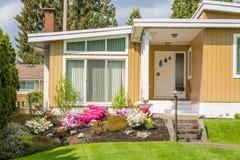 Είσοδος του όμορφου οικογενειακού σπιτιού Στοκ εικόνες με δικαίωμα ελεύθερης χρήσης