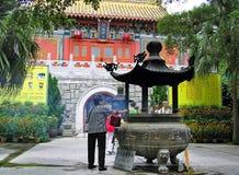 Είσοδος του Po Lin μοναστηριού στο μεταλλικό θόρυβο Ngong στο νησί Lantau στο Χονγκ Κονγκ Στοκ εικόνα με δικαίωμα ελεύθερης χρήσης