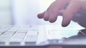 Είσοδος των πληροφοριών πιστωτικών καρτών σε μια σε απευθείας σύνδεση περιοχή αγορών φιλμ μικρού μήκους