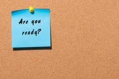 Είστε έτοιμοι, γραπτός σε μια μπλε κολλώδη σημείωση για έναν πίνακα δελτίων φελλού Με το κενό διάστημα για το κείμενο Στοκ φωτογραφία με δικαίωμα ελεύθερης χρήσης