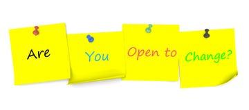 Είστε ανοικτοί στην αλλαγή, μήνυμα σε χαρτί σημειώσεων με την καρφίτσα Στοκ Φωτογραφία