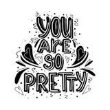 Είστε τόσο όμορφη συρμένη χέρι μονοχρωματική εγγραφή με την καρδιά doodle και τη διακόσμηση φύλλων Χαριτωμένη φιλοφρόνηση διανυσματική απεικόνιση