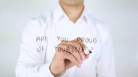 Είστε υπερήφανοι σας, άτομο που γράφει στο γυαλί, χειρόγραφο στοκ εικόνες