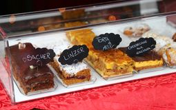Είδη κέικ με τη σοκολάτα και την κρέμα για την πώληση στα ιταλικά από μπροστά Στοκ εικόνα με δικαίωμα ελεύθερης χρήσης