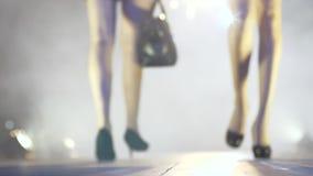 Εβδομάδα μόδας, τα όμορφα πόδια γυναικών στα μαύρα υποδήματα πηγαίνουν κάτω από το στενό διάδρομο απόθεμα βίντεο