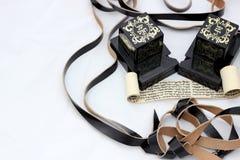Εβραϊκά αντικείμενα προσευχής - ο κύλινδρος με το ιερό κείμενο υπόβαλε στοκ εικόνες