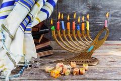 εβραϊκές διακοπές Hanukkah με τα παραδοσιακά κηροπήγια menorah και τα ξύλινα dreidels που περιστρέφουν την κορυφή Στοκ εικόνα με δικαίωμα ελεύθερης χρήσης