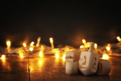 εβραϊκές διακοπές Hanukkah με την ξύλινα συλλογή & x28 dreidels περιστροφή top& x29  και χρυσά φω'τα στον πίνακα Στοκ φωτογραφίες με δικαίωμα ελεύθερης χρήσης