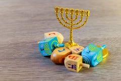εβραϊκές διακοπές Hanukkah με τα ξύλινα dreidels νομίσματα κορυφών και σοκολάτας συλλογής περιστρεφόμενα στον πίνακα Στοκ εικόνες με δικαίωμα ελεύθερης χρήσης