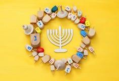 εβραϊκές διακοπές Hanukkah με τα ξύλινα dreidels (περιστρεφόμενη κορυφή) Στοκ Εικόνες