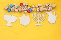 εβραϊκές διακοπές Hanukkah με τα ξύλινα dreidels (περιστρεφόμενη κορυφή) Στοκ Φωτογραφία