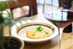 Εβραϊκή κουζίνα - chickpea κόλλα και ψημένο κρεμμύδι στοκ εικόνα με δικαίωμα ελεύθερης χρήσης