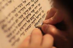 Εβραϊκό άτομο με τη γενειάδα που γράφει σε έναν κύλινδρο περγαμηνής Φωτογραφία που παίρνεται: Στις 30 Δεκεμβρίου 2015 Στοκ Φωτογραφίες