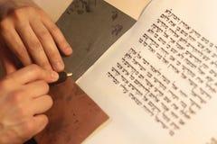Εβραϊκό άτομο με τη γενειάδα που γράφει σε έναν κύλινδρο περγαμηνής Φωτογραφία που παίρνεται: Στις 30 Δεκεμβρίου 2015 Στοκ φωτογραφίες με δικαίωμα ελεύθερης χρήσης