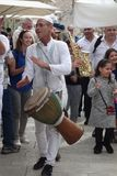 Εβραϊκό άτομο που παίζει τα τύμπανα στον τοίχο Wailing στην παλαιά πόλη της Ιερουσαλήμ Στοκ Εικόνες