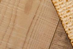 Εβραϊκό παραδοσιακό Passover Matzot στο αγροτικό ξύλινο υπόβαθρο Στοκ φωτογραφία με δικαίωμα ελεύθερης χρήσης