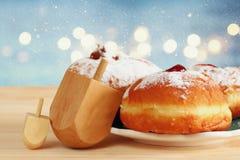 εβραϊκό Hanukkah με τα donuts και τα ξύλινα dreidels Στοκ Εικόνες