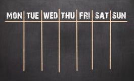 Εβδομαδιαίο ημερολόγιο στο υπόβαθρο πινάκων κιμωλίας στοκ φωτογραφίες με δικαίωμα ελεύθερης χρήσης