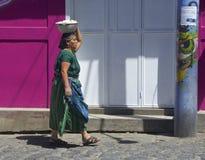 Εγγενής γυναίκα της Γουατεμάλα που πηγαίνει στην αγορά στοκ φωτογραφία με δικαίωμα ελεύθερης χρήσης