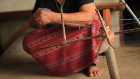 Εγγενής γυναίκα φυλών λόφων της Karen Sgaw που κυλά μια σφαίρα του μπλε βαμμένου νήματος σε προετοιμασία για το χέρι που υφαίνει  φιλμ μικρού μήκους