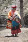 Εγγενής περουβιανή γυναίκα που και που παίζει με τα παιδιά της στοκ εικόνα
