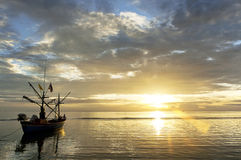 Εγγενής fiherman βάρκα στη θάλασσα κατά τη διάρκεια της ανατολής Στοκ Φωτογραφία