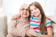 Εγγονή με τη γιαγιά στοκ φωτογραφία με δικαίωμα ελεύθερης χρήσης
