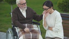 Εγγονή που επισκέπτεται granddad στο νοσοκομείο, που υποβάλλεται στην αποκατάσταση απόθεμα βίντεο