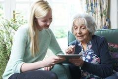 Εγγονή που παρουσιάζει γιαγιά πώς να χρησιμοποιήσει την ψηφιακή ταμπλέτα Στοκ Εικόνα