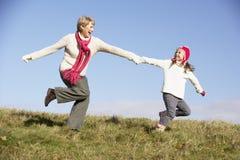 Εγγονή που τρέχει με τη γιαγιά στοκ εικόνα με δικαίωμα ελεύθερης χρήσης