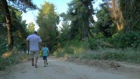 Εγγονός και παππούς που τρέχουν στα ξύλα φιλμ μικρού μήκους