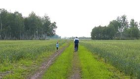 Εγγονός και granddad κατοχή της διασκέδασης στην επαρχία απόθεμα βίντεο