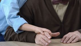 Εγγονός που αγκαλιάζει granddad, κρατώντας τα χέρια, οικογενειακές αξίες, σύνδεση γενεών απόθεμα βίντεο