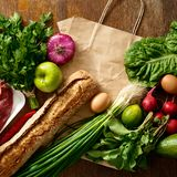 Εγγράφου ξύλινος πίνακας υγιεινής διατροφής τσαντών διαφορετικός στοκ εικόνα
