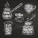 Εγγραφή καφέ στο φλυτζάνι, μύλος, μορφές κιμωλίας δοχείων Σύγχρονα αποσπάσματα καλλιγραφίας για τον καφέ Στοκ Εικόνες