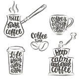 Εγγραφή καφέ στο φλυτζάνι, μύλος, περιγράμματα δοχείων grunge Σύγχρονα αποσπάσματα καλλιγραφίας για τον καφέ Στοκ φωτογραφίες με δικαίωμα ελεύθερης χρήσης