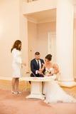 Εγγραφή του γάμου στο γαμήλιο παλάτι στοκ φωτογραφία με δικαίωμα ελεύθερης χρήσης